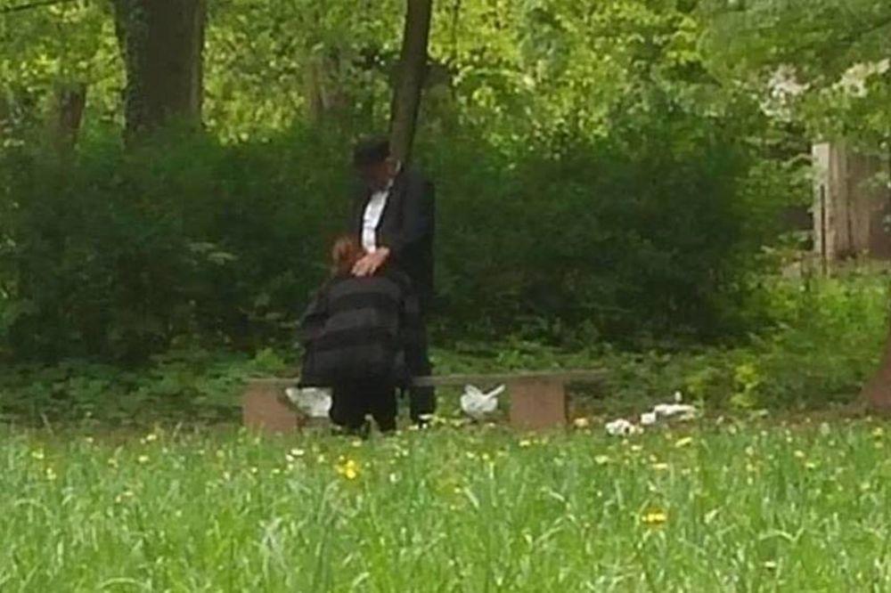 Usred dana oralno zadovoljavala starijeg muškarca u parku na Ilidži