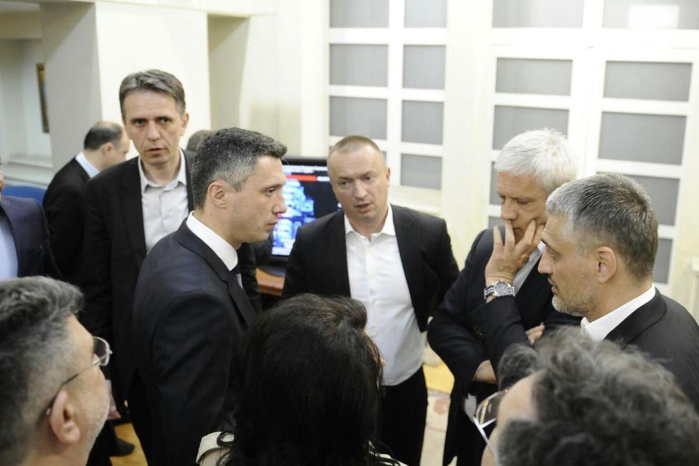 BESANA NOĆ: Sastanak u sedištu DS trajao do sitnih sati, opozicija uverena da je prešla cenzus