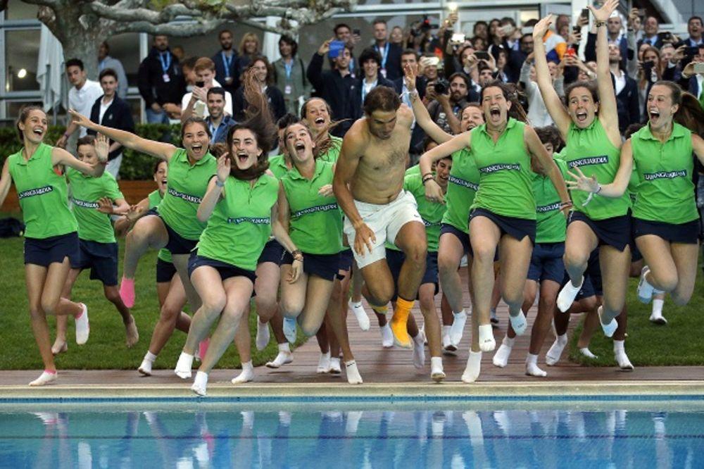 (FOTO, VIDEO) ŠAMPIONSKO KUPANJE: Evo zašto je Nadal jurnuo u bazen posle pobede u Barseloni
