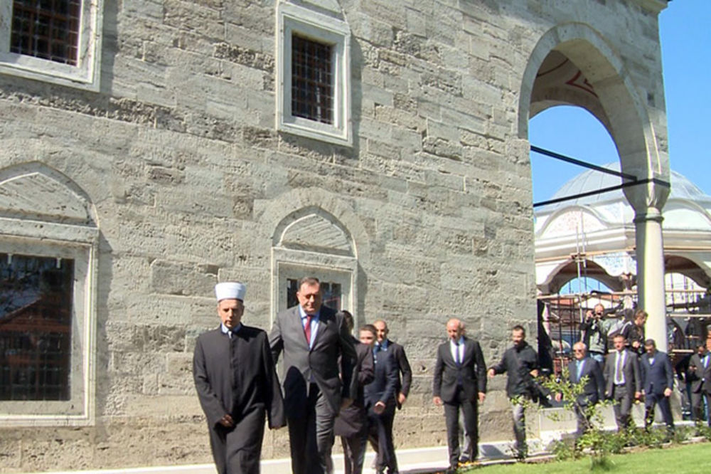 (VIDEO) Dodik poklonio ćilime za Ferhat-pašinu džamiju!