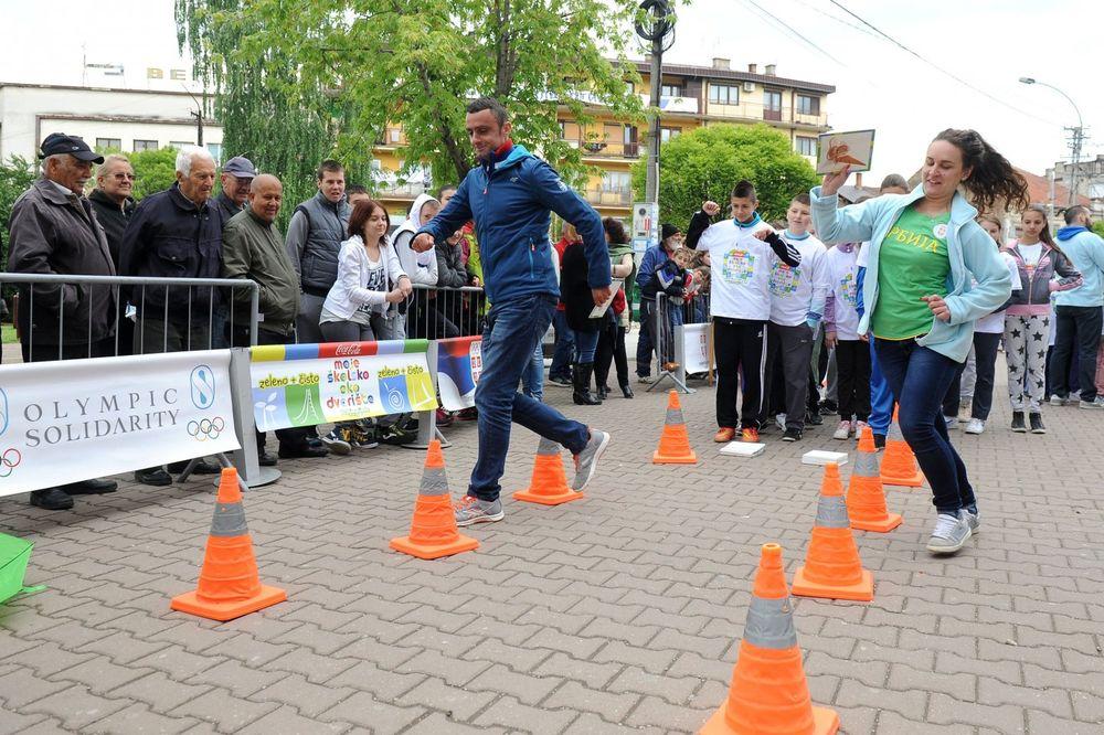 OLIMPIJSKI KARAVAN U VLASOTINCU: Sa učesnicima Ekolimpijade družio se atletičar Predrag Filipović