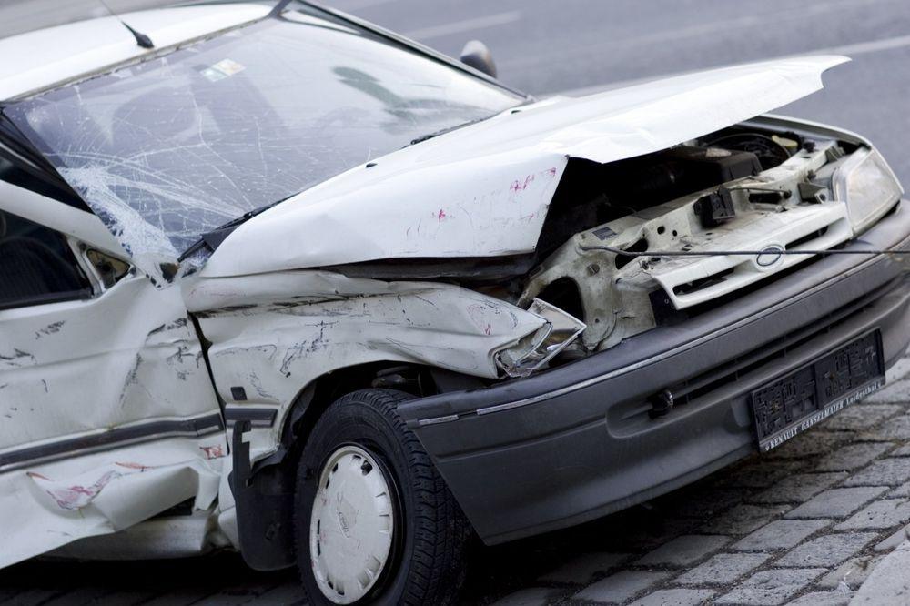 MLADIĆ PREŽIVEO PAD SA 9. SPRATA POSLE SVAĐE SA DEVOJKOM: Spasio ga parkirani automobil