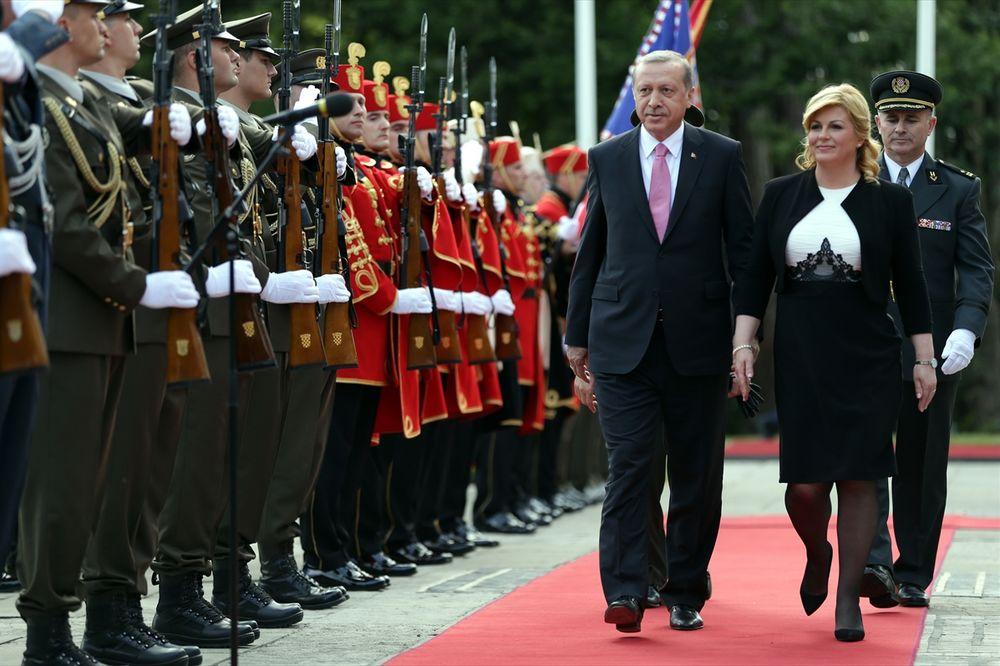 (FOTO) SLIKA GOVORI VIŠE OD 1.000 REČI: Ovako je Hrvatska primila Erdogana