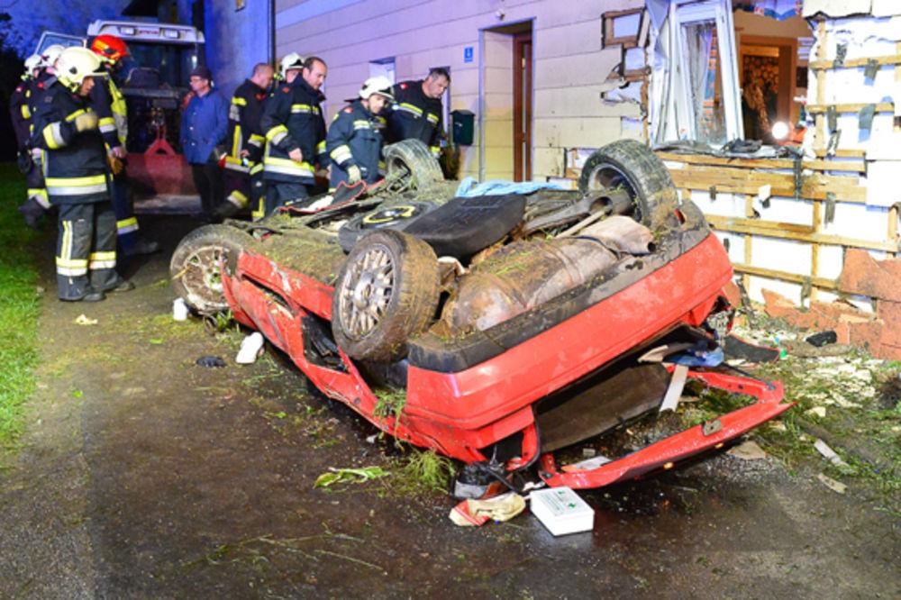(FOTO) ULETEO AUTOM U KUHINJU: Vozač (18) se zakucao u kuću i poginuo!