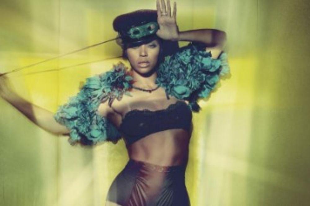 (FOTO) BIJONSE FOTOŠOPIRANA DO NEPREPOZNATLJIVOSTI: Pevačica je ovom fotkom izazvala bes fanova