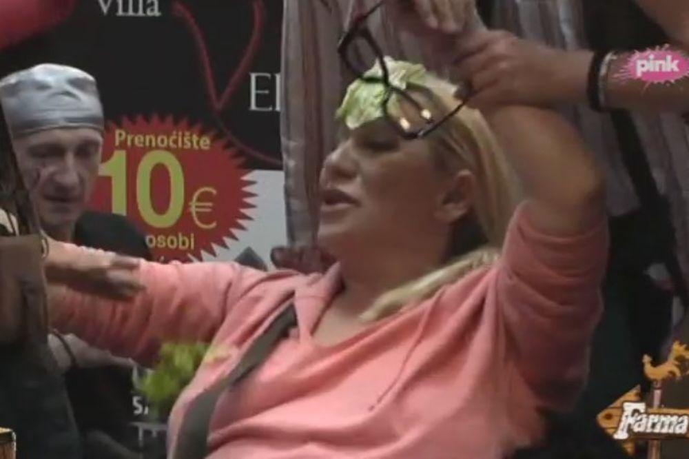 (VIDEO) TOTALNO LUDILO NA FARMI: Vesna Zmijanac se popela na sto, na čelo joj lepili listove kupusa!
