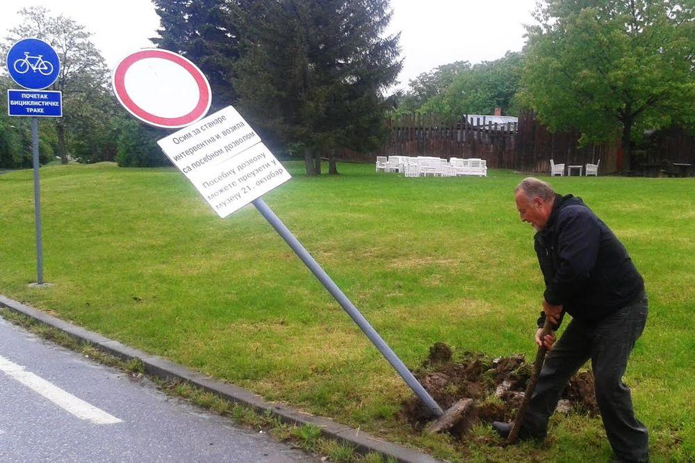 (FOTO) LOPATOM MU PRESUDIO NA VELIKI PETAK: Kragujevčanin iskopao saobraćajni znak, a evo zašto