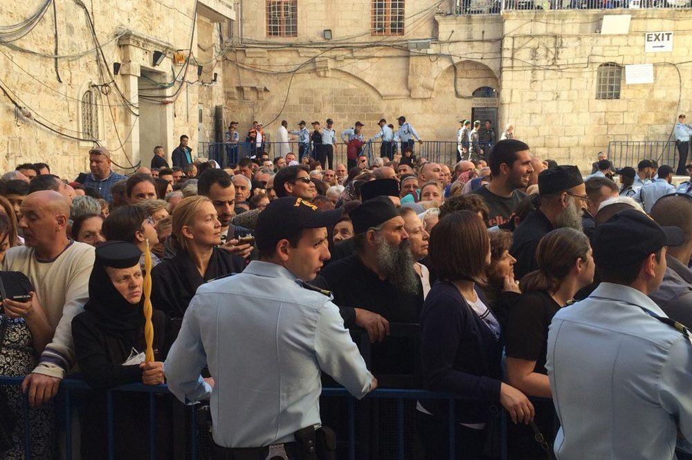 BLAGODATNI OGANJ: Na hiljade čeka da im se ukaže najveće čudo pravoslavnog sveta