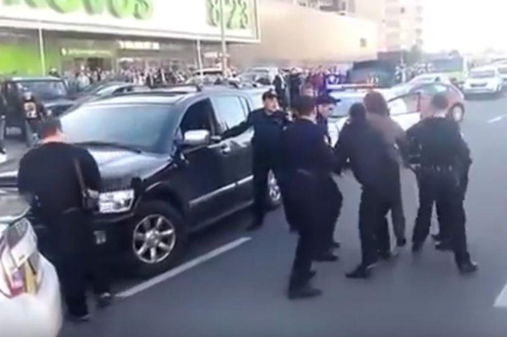 (VIDEO) JAK KAO STENA: Tek sedam policajaca uspelo da obori i uhapsi zlatnog olimpijca