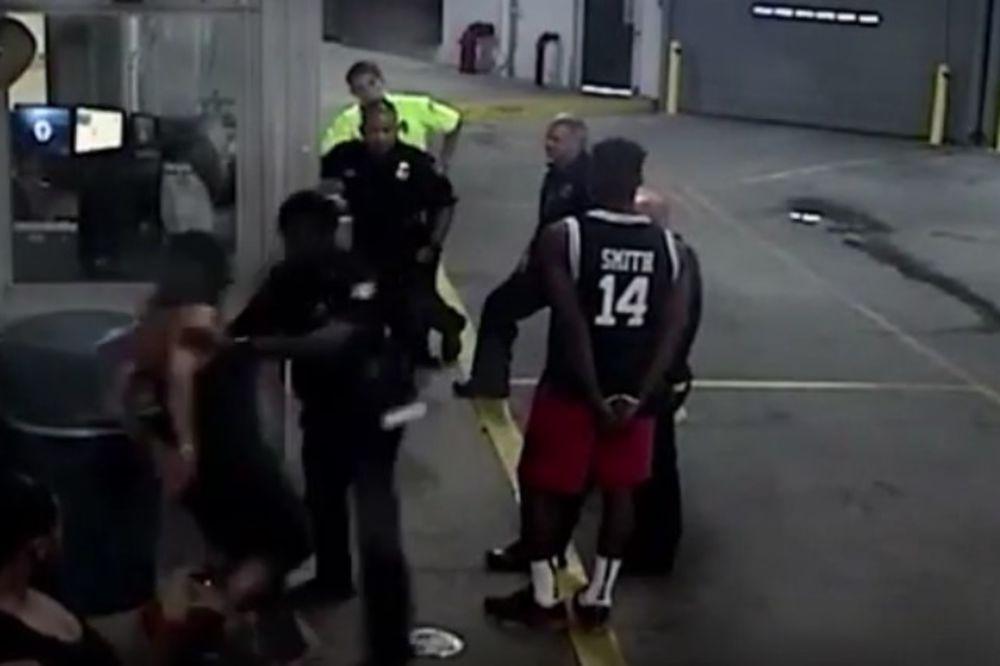 (VIDEO) OVAKVU POLICIJSKU BRUTALNOST NISTE JOŠ VIDELI: Pretukao ženu dok je bila vezana lisicama