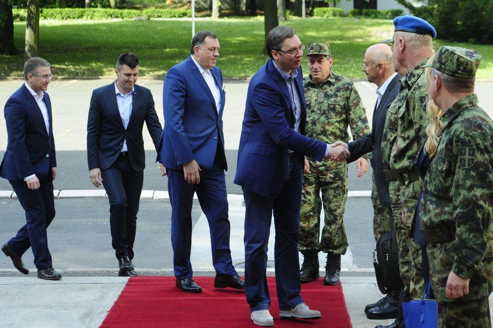 VASKRŠNJI DORUČAK SA VOJNICIMA: Vučić i Dodik obišli operativni sistem odbrane na Banjici