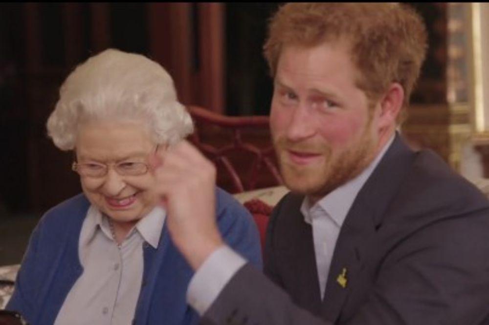(VIDEO) NE DA SVOG UNUKA: Obame izazvali princa Harija, da vidite kako ih je Elizabeta II oladila!