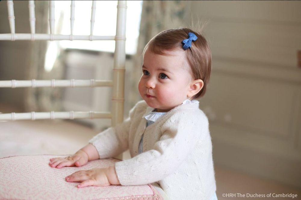 (FOTO) KAO KOLAČIĆ: Princeza Šarlot sutra slavi 1. rođendan, pogledajte kako je porasla