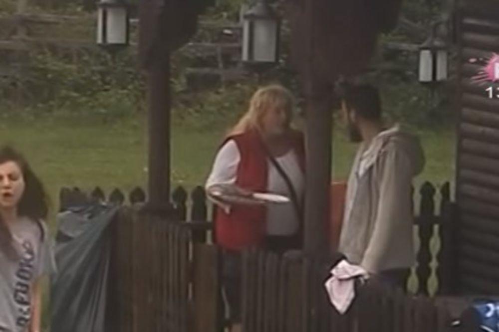 (VIDEO) KEVA IMALA NERVNI SLOM NA VASKRS: Urlala i pretila da će pobacati svu hranu, evo zbog čega