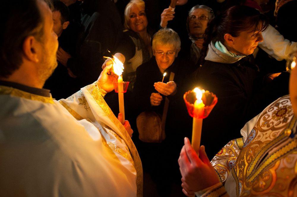 BLAGOSLOV I DAR BOŽJI: Blagodatni oganj iz Jerusalima stigao i u Kosovsku Mitrovicu