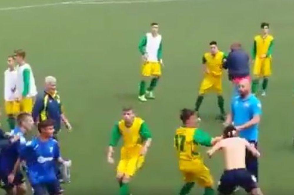 (VIDEO) BRUTALNA MAKLJAŽA: Dečaci se posle utakmici potukli, sa svih strana sevale pesnice u glavu