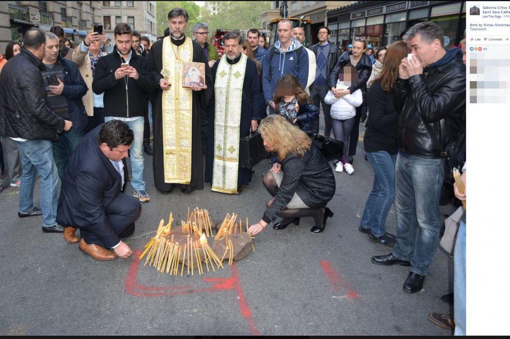 (FOTO) PRIZORI KOJI SLAMAJU SRCE: Srbi pale sveće na zgarištu pravoslavne crkve na Menhetnu