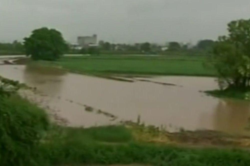 (FOTO, VIDEO) KIŠA UGROZILA ORANICE: Izlila se Ribarska reka kod Kruševca