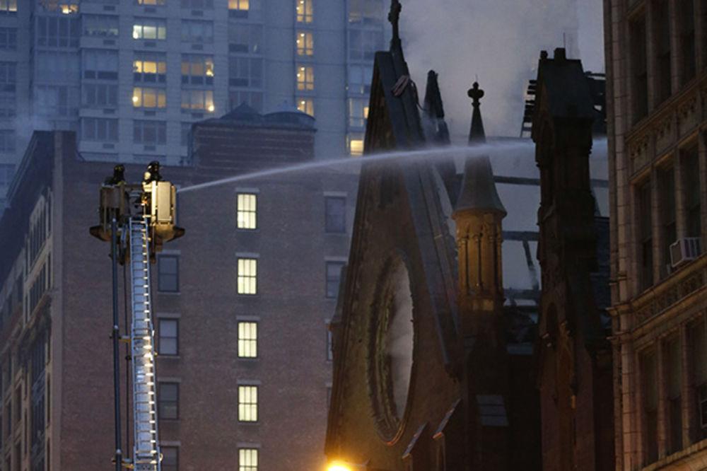 (FOTO) ČELIČNA SRPSKA TROBOJKA: Čudo se dogodilo tokom požara u crkvi na Menhetnu!