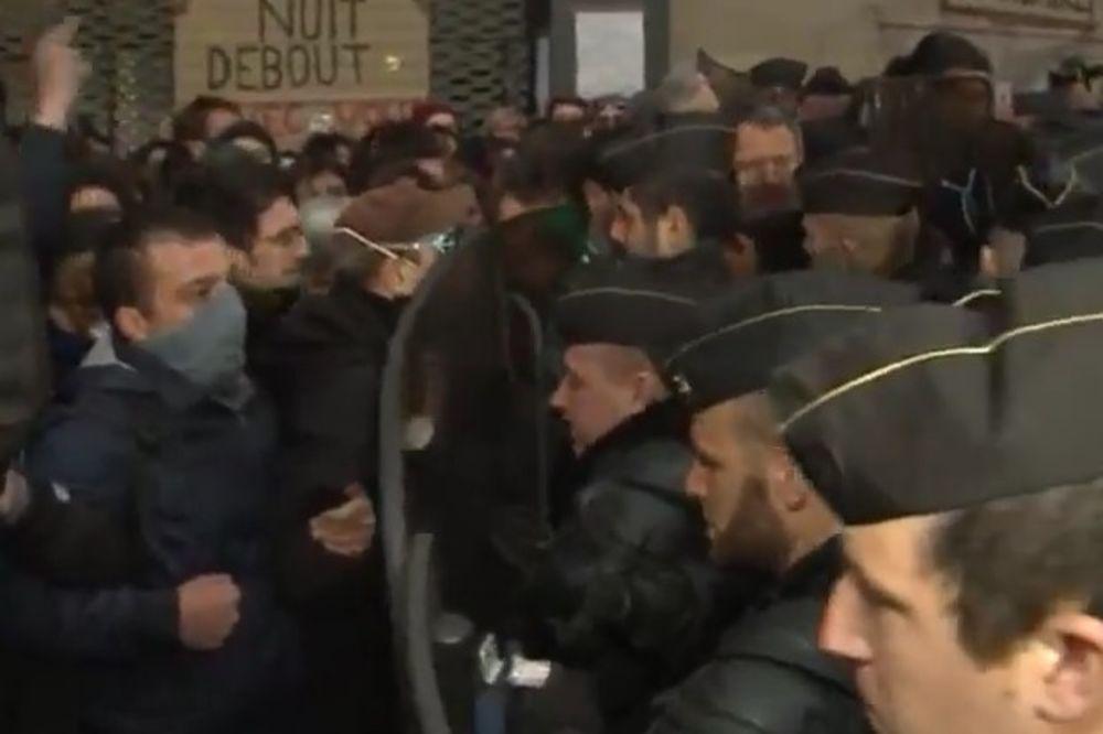 (VIDEO) SUZAVAC I HAOS U PARIZU: Policija evakuiše migrante, demonstranti ih brane