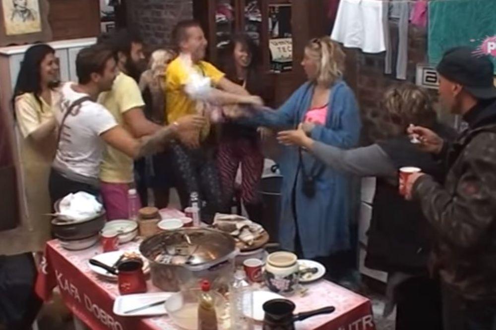 (VIDEO) PA SE TI ŠALI SA GOLUBOVIĆKOM: Jelena prosula mleko po Stefanu!