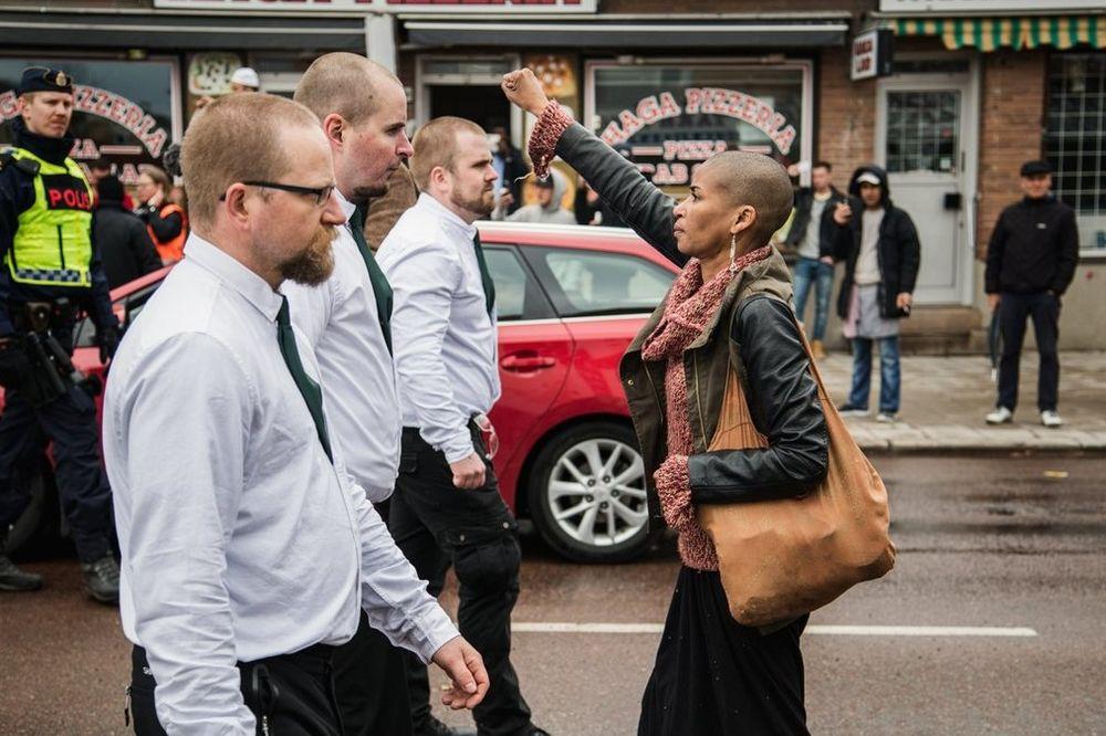 OVA ŽENA JE HEROJ: Krenula sama protiv kolone neonacista u Švedskoj