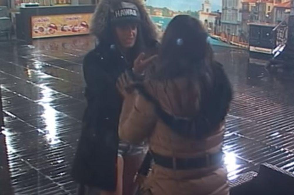 (VIDEO) LEZBO AVANTURA U PAROVIMA: Dalila i Armina imale akciju pred cimerima