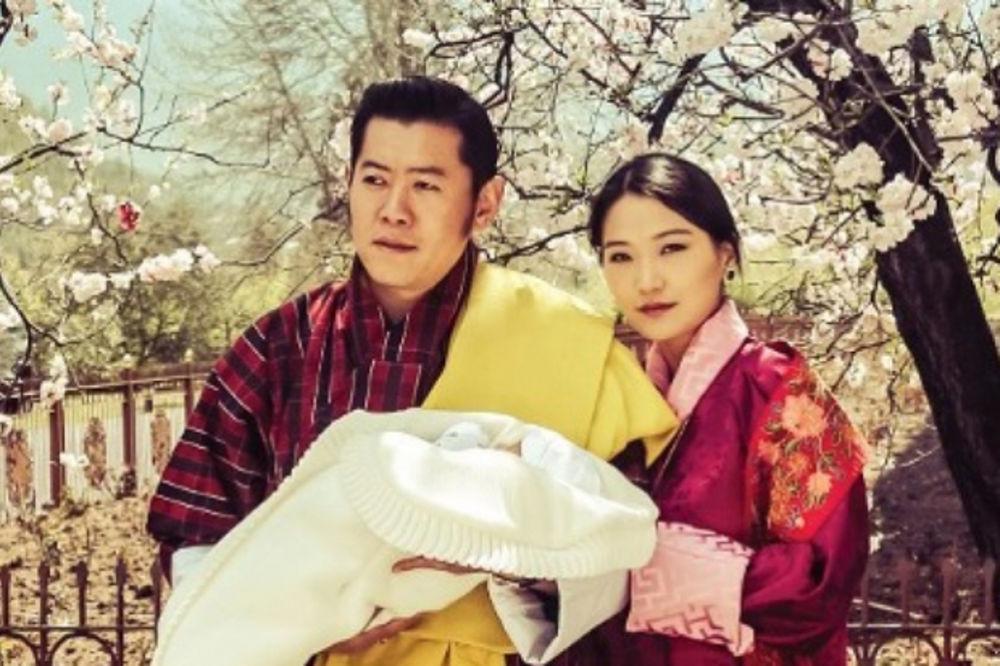 (FOTO) Upoznajte najsrećnije kraljevsko dete na planeti: Butanski princ napunio tri meseca!