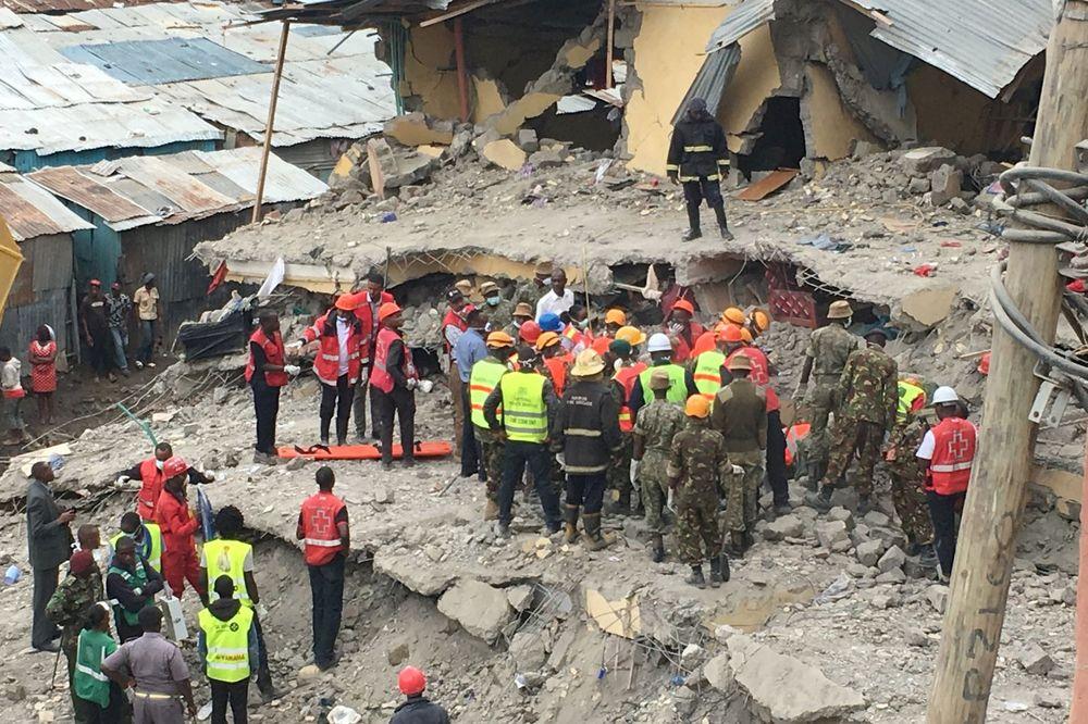 BOG JE POGLEDAO: Kenijka pronađena živa posle šest dana ispod ruševina