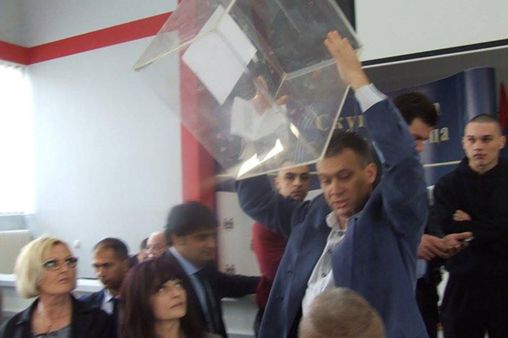 KURIR TV PREKINUTA SEDNICA: Ovako su naprednjaci bacali glasačke kutije u Šapcu
