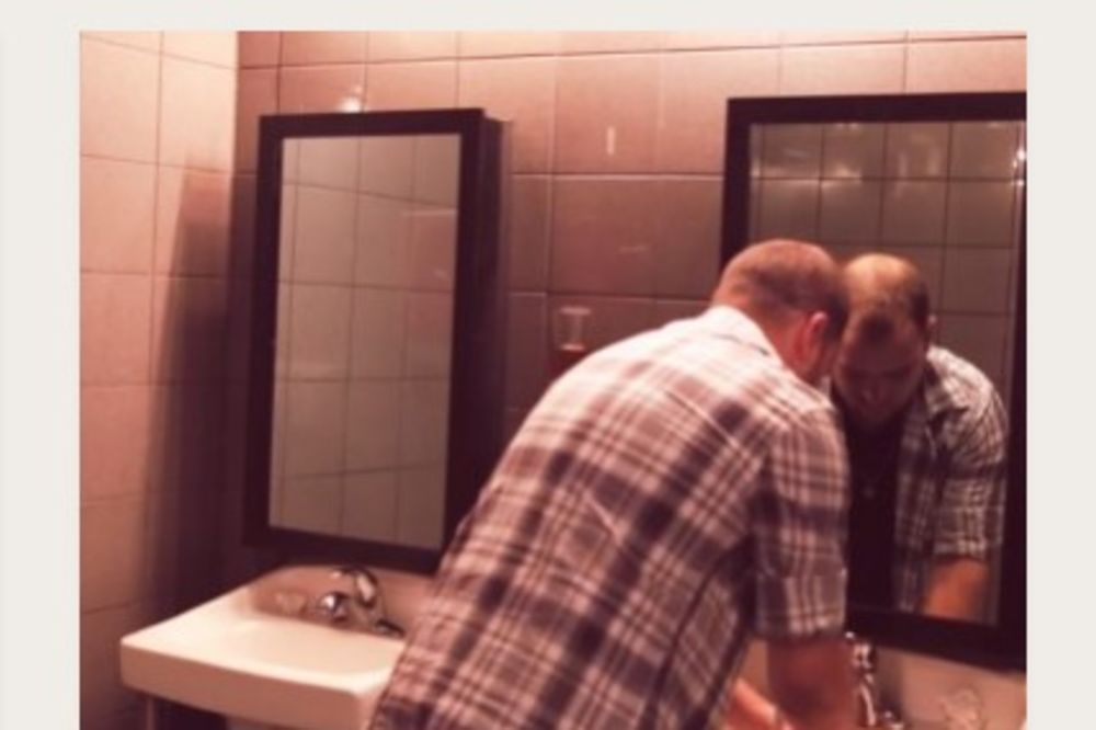 OPRAO JE RUKE U KUPATILU JEDNOG KLUBA: Dobro obratite pažnju na ogledalo...Neverovatno!
