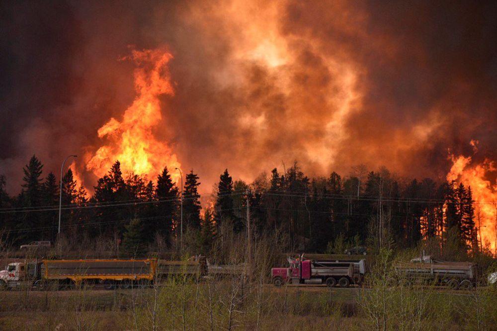 (VIDEO) NASTAVLJA SE EVAKUACIJA: Kanaderi nemoćni, požar divlja i širi se!