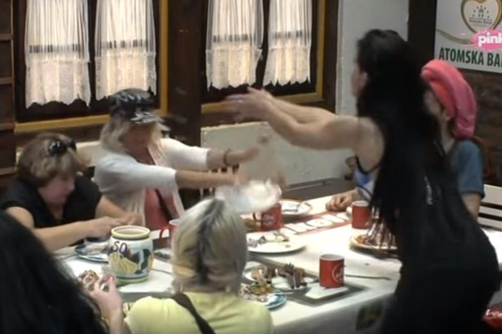 (VIDEO) LETELI TANJIRI, JELENA POVREĐENA: Rediteljka vređala Dušici mrtvu majku, ova je napala!