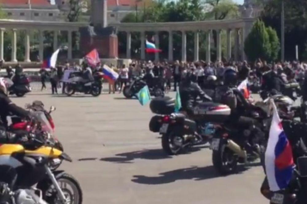 (VIDEO) PUTINOVI NOĆNI VUKOVI STIGLI DO BEČA: Odali počast palim sovjetskim borcima!