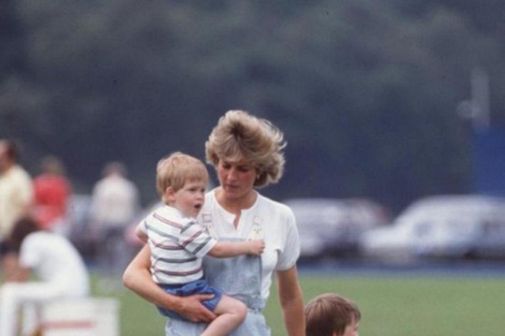 (FOTO) Sećanje na mamu bledi: Ispovest princa Harija rastužila svet