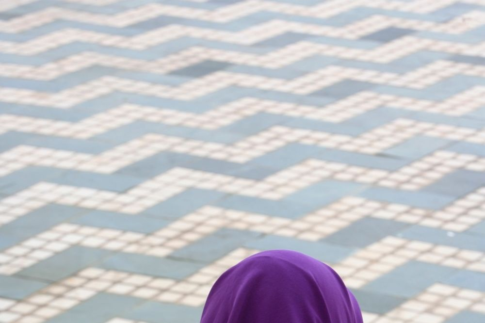 (VIDEO) KUVAR ISTERAO MUSLIMANKU IZ RESTORANA: Otrovaću te kao pacova!