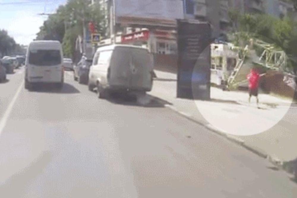 (VIDEO) NEVEROVATNO: Kamera zabeležila čudo. Nije ni svestan koliko je sreće imao!