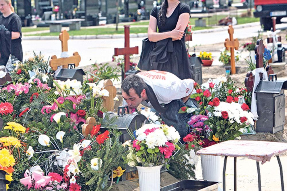 Došao među prvima. Nikola ljubi krst na Jeleninom grobu