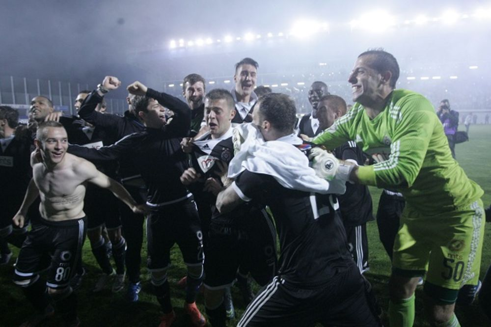 (VIDEO) TREŠTALI NARODNJACI Evo kako su fudbaleri Partizana ludovali u autobusu posle osvajanja Kupa