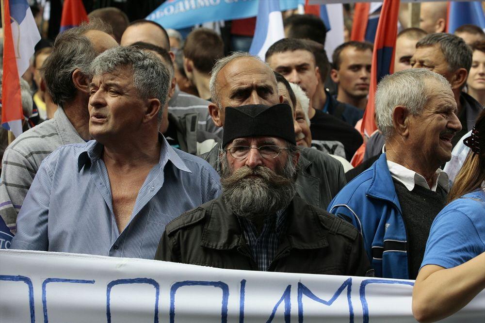 (FOTO) VIDITE LI ISTO ŠTO I MI: Čiča Draža na protestu u Banjaluci?!