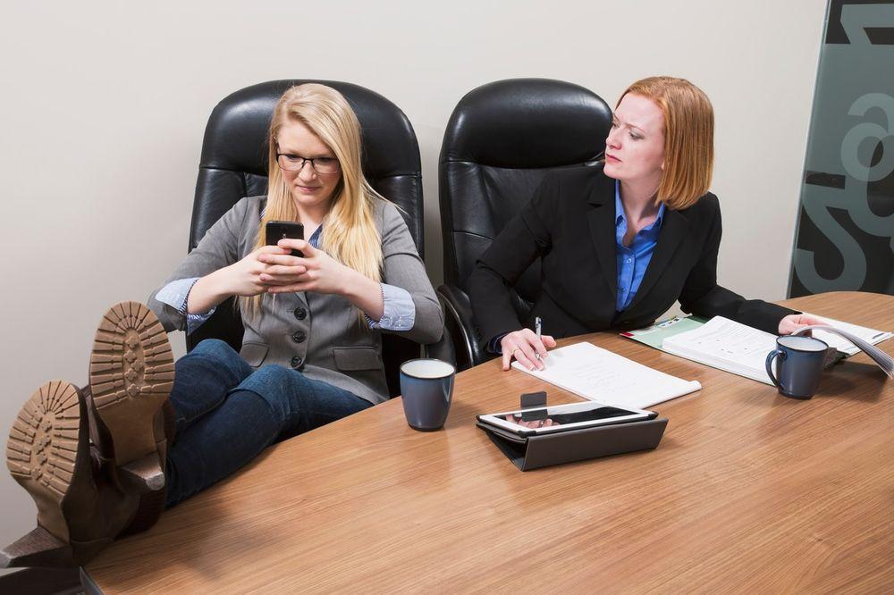 SLUŽBENO DOKAZANO: Niko ne voli ljude koji koriste mobilni telefon u društvu