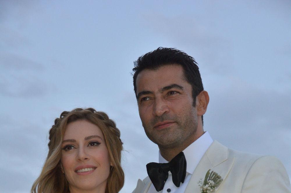 (FOTO) ŽENE PALE U OČAJ: Oženio se lepi Ezel!