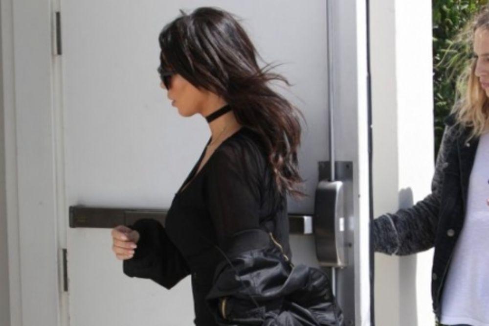 (FOTO) Kilogrami nestaju, ali zadnjica ostaje: Očajnički pokušava da je sakrije prevelikim jaknama!