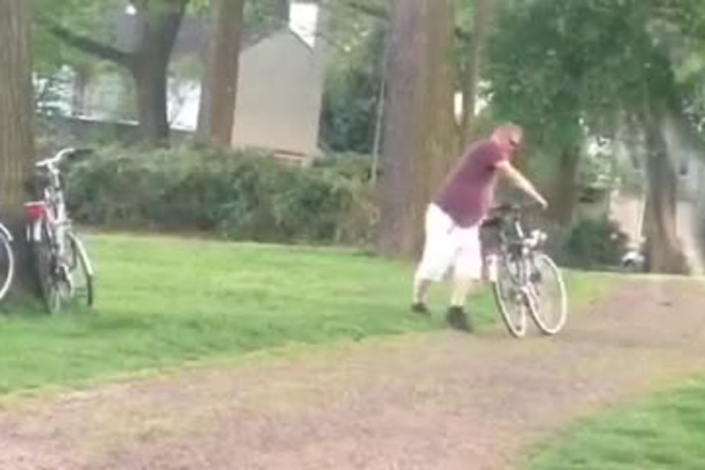 (VIDEO) ŠTO PIJEŠ, KAD TI ŠKODI? Da li ste pijani pokušali da vozite bicikl? On jeste...