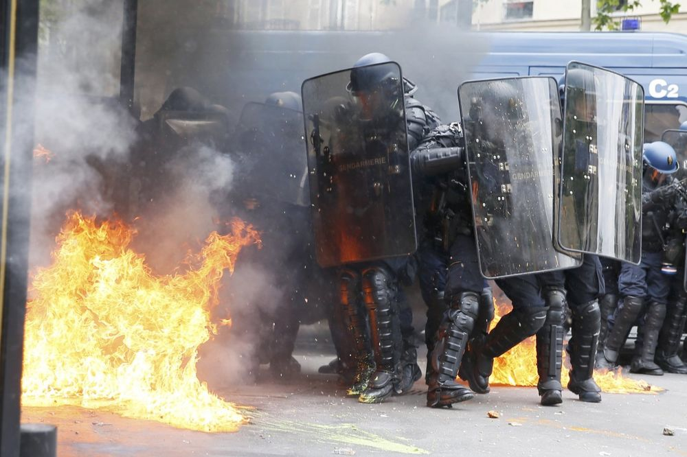 FRANCUZI SE NE SMIRUJU: Policija ispalila suzavac na demonstrante, vlada ne odustaje od reformi