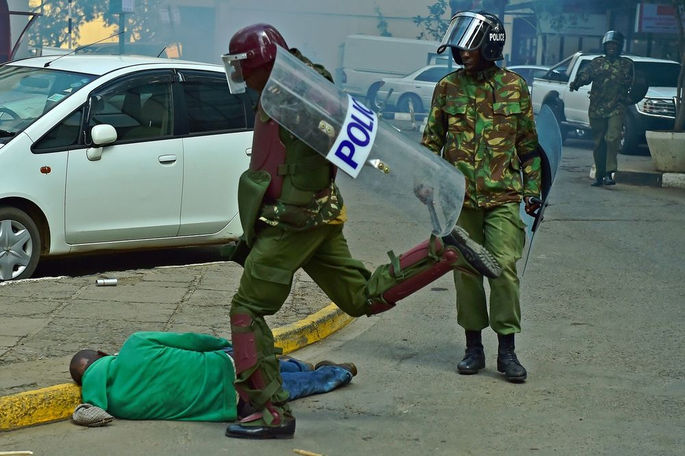 (UZNEMIRUJUĆE) NEVEROVATNO NASILJE: Snimci brutalnosti kenijske policije zgrozili svet