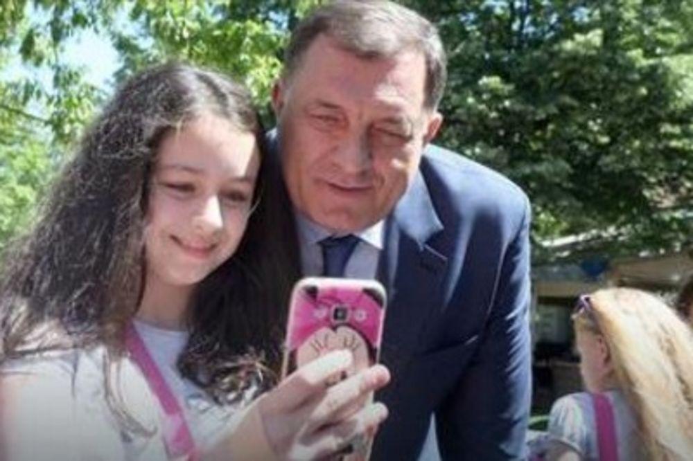 (FOTO) SELFI SA PREDSEDNIKOM: Dodik ostavio kafu da bi se slikao sa đacima iz Teslića!