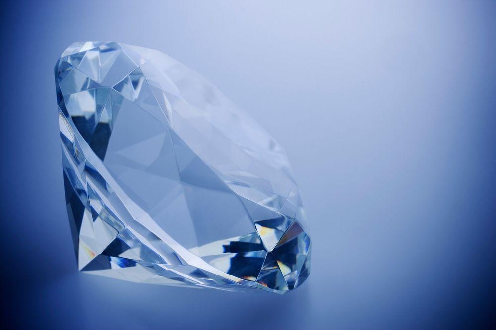 DA LI SU DIJAMANTI ZAISTA VEČNI Pogledajte šta se desi kad dragi kamen stavite pod hidrauličnu presu