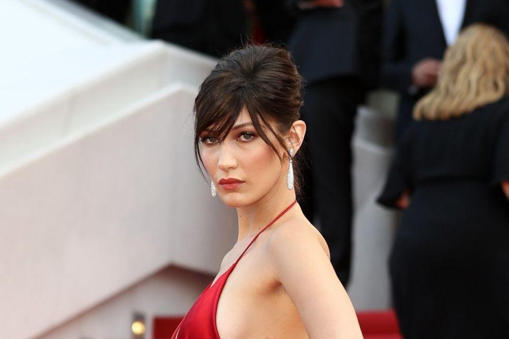 (FOTO) NJEN IZGLED JE SVE OSTAVIO BEZ DAHA: Manekenka bez veša prošetala crvenim tepihom