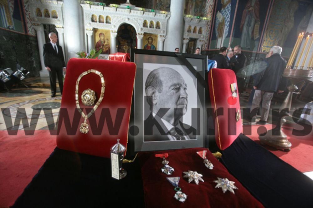 SAHRANJEN KNEZ ALEKSANDAR: Telo Karađorđevića spušteno u kriptu, srpska zastava predata kneginji